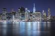 Manhattan di notte vista da Brooklyn