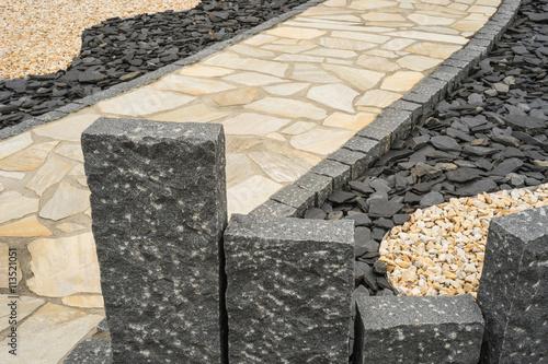Stelen aus Granit und Gartenweg im Steingarten --- Steles made of ...
