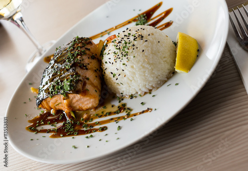 obraz dibond grilled salmon served