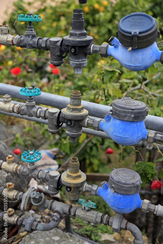 Ligurien: Alte Wasserleitungen in einem Gewächshaus