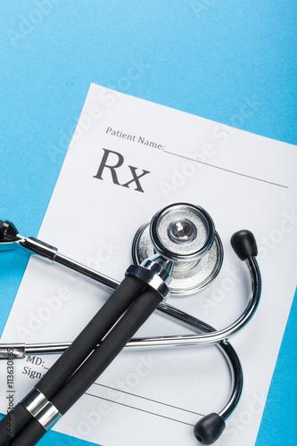 Fotografia  Closeup of a stethoscope on a rx prescription