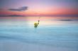 gelbe Bojen am Sandstrand von Mallorca, Sonnenaufgang