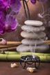 braciere con incenso,pila di pietre con orchidea e bambù