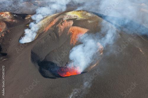 In de dag Vulkaan Volcanic eruption Tolbachik. Lava flow.