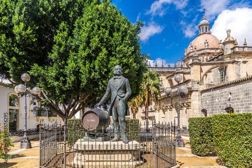 Bronzestatue von Tio Pepe vor der Kathedralkirche zu Jerez in Andalusien