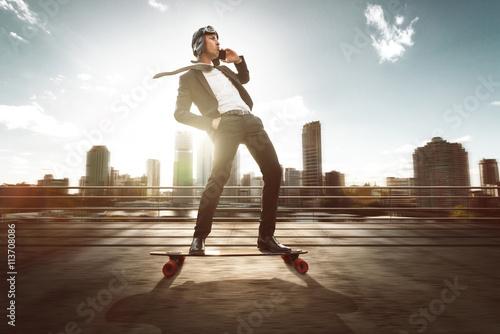 Fotografie, Obraz  Geschäftsmann mit Smartphone auf Skateboard