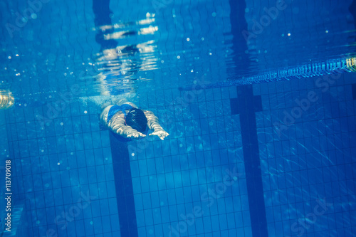 Foto  Swimmer woman underwater
