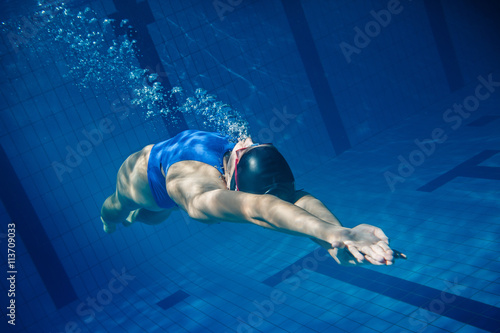 Swimmer woman underwater Fotobehang