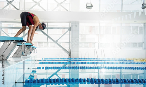 Photo  Woman swimmer in a starting position