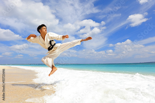 plakat 南国の美しいビーチで鍛える男性