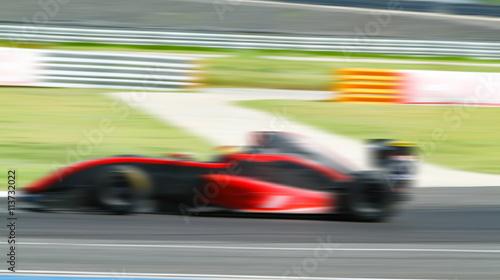 Obraz na płótnie wyścigi samochodowe w drodze z rozmyciem w ruchu i radialnym bluem
