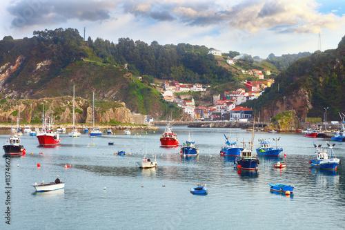 Foto auf AluDibond Stadt am Wasser Boats in the fishing port from Cudillero, Asturias, Spain