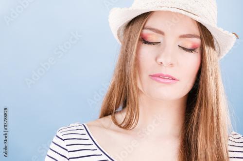 fototapeta na lodówkę Woman face colorful eyes makeup, summer straw hat smiling