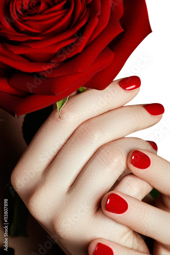 Fotografia Beautiful manicured woman's hands with red nail polish