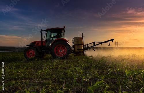 Fényképezés  Red tractor.