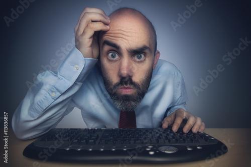 Fotografering  Mann sucht Fehler am Computer