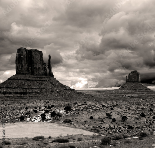 Valokuva  Sepia toned Monument Valley Cloudy Skies