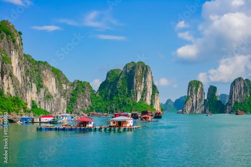 Foto  Schwimmdock Fischerdorf in Halong Bay, Vietnam