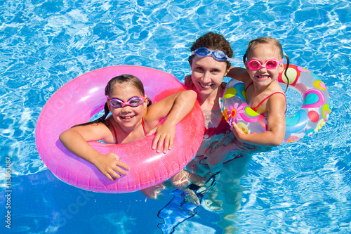 Photo  family in swimming pool