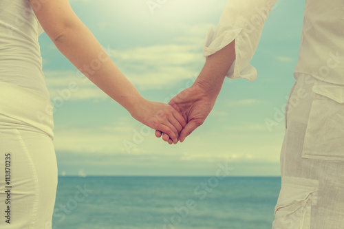 Fotografie, Obraz  paar am Stand hält Händchen