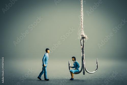 Photo 釣り針と女性に近寄る男性