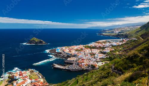 Montage in der Fensternische Kanarische Inseln panoramic view of a cozy Garachico town