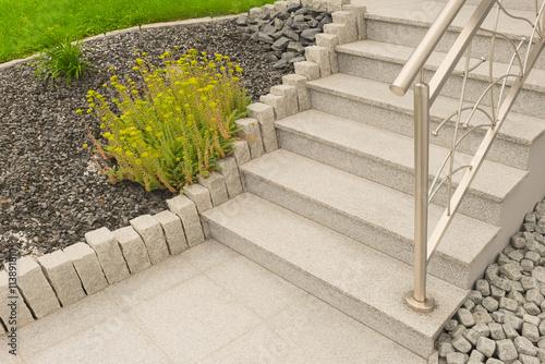Außentreppe Aus Granit Mit Edelstahlgeländer Im Vorgarten Als Steingarten    Outdoor Granite Staircase With Stainless Steel