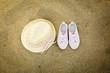 Cappello e scarpe sulla sabbia