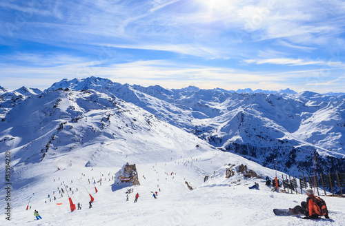 Fotografía  View of snow covered Courchevel slope in French Alps. Ski Resort