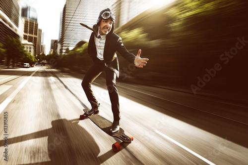 Fotografija  Geschäftsmann auf Skateboard