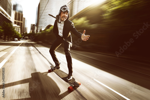 Fotografia, Obraz  Geschäftsmann auf Skateboard