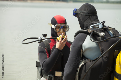 obraz dibond Couple wearing diving equipment in the water