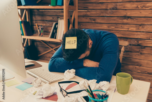 Fotografía  Portrait of tired man having long working day and needing help
