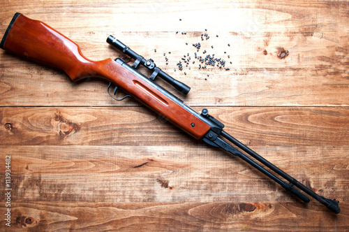 Poster Chasse Air rifle and pellet on a wooden background