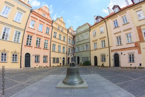 Fototapeta premium Warszawa, trójboczny plac przy ulicy Kanoniej. W rogu znajduje się najwęższa kamienica na warszawskim Starym Mieście. Ma 2m szerokości i jest też najwęższą w Europie