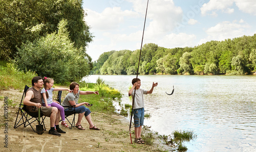 In de dag Kamperen family camping and fishing, river and forest, summer season