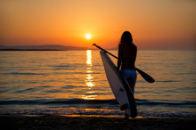 Junge Frau Mit SUP Paddelboard Geht In Den Sonnenuntergang