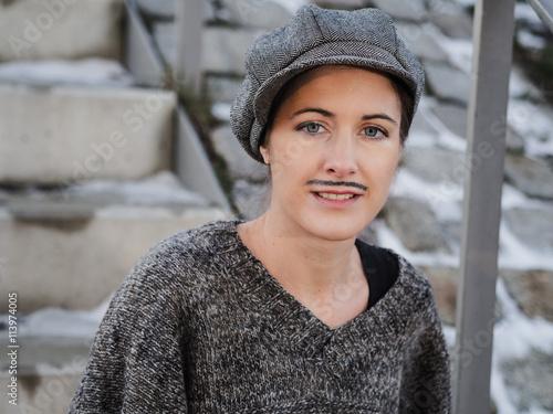 Porträt einer lächelnden Frau, die als Mann verkleidet ist