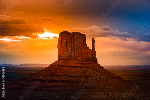 Cadres-photo bureau Marron East Mitten Butte at Sunrise