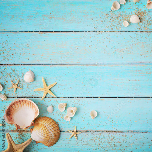 Photo  seashells frame background on wooden board