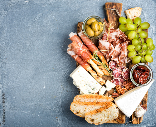 Photo  Cheese and meat appetizer selection