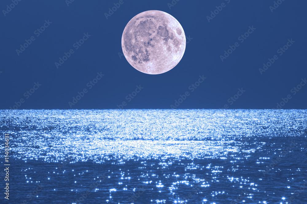 Láminas Salida de la luna sobre el horizonte del océano / mar ...