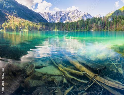 obraz dibond Panorama jeziora górskiego,góry oświetlone wschodzącym słońcem