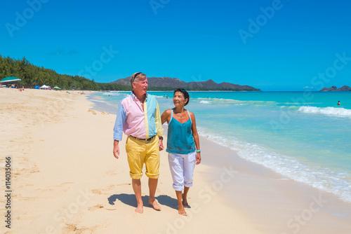 Fotografía  Retirement Couple Strolling Tropical Beach in Hawaii