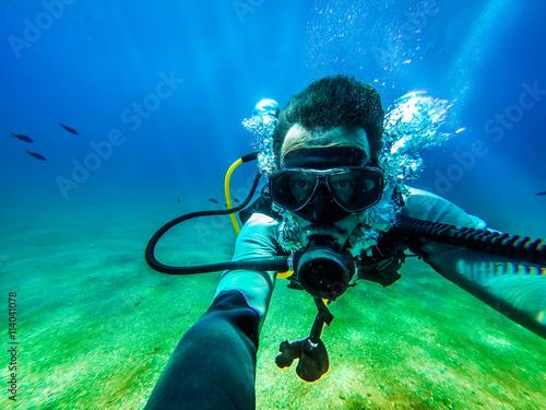 mata magnetyczna Underwater diver selfie.