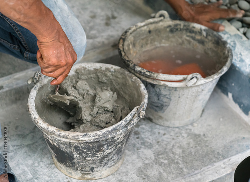 Photo  cement portland gray fresh mortar mix with spatula tool in bucket