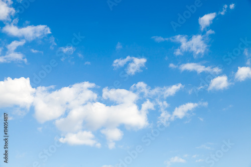 Photo Blue sky and white altocumulus clouds