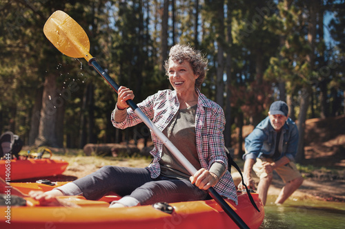 Fotografia  Mature couple enjoying a day at the lake with kayaking