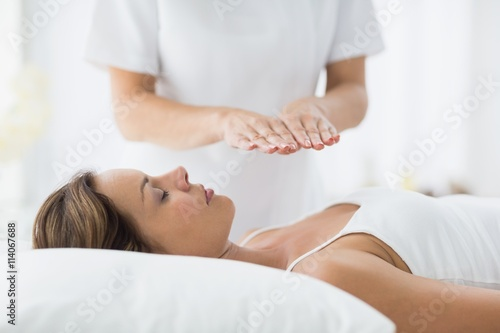 Photo Young woman receiving reiki treatment