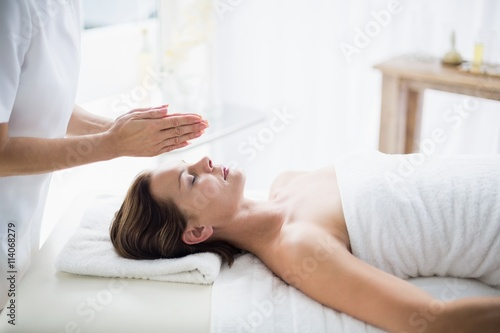 Photo  Midsection of therapist performing reiki on woman